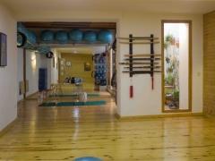 Te presentamos la sala donde hacemos los cursos de Taichí, yoga, Pilates y demás terapias alternativas